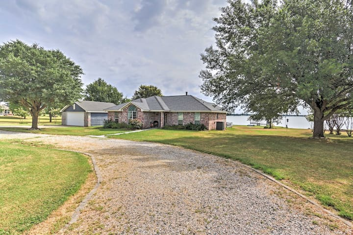 New! Waterfront 3BR Corsicana Home w/ Boat Dock!