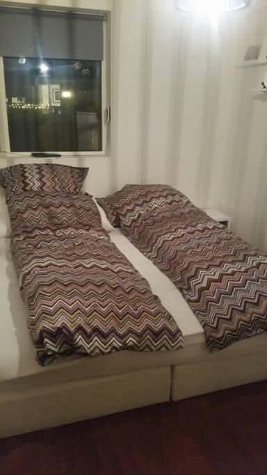 Soverom med dobbeltseng
