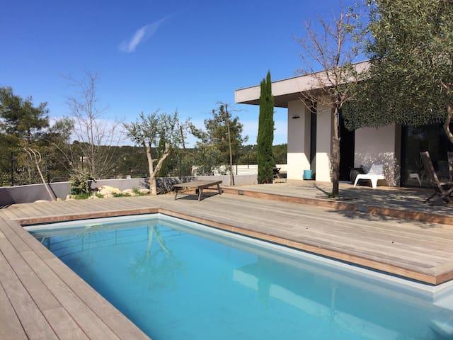 Villa moderne avec piscine sur le mont Mirabel - Nimes - Hus