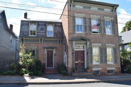 Hudson Classic Circa 1848 - Hudson - Ház