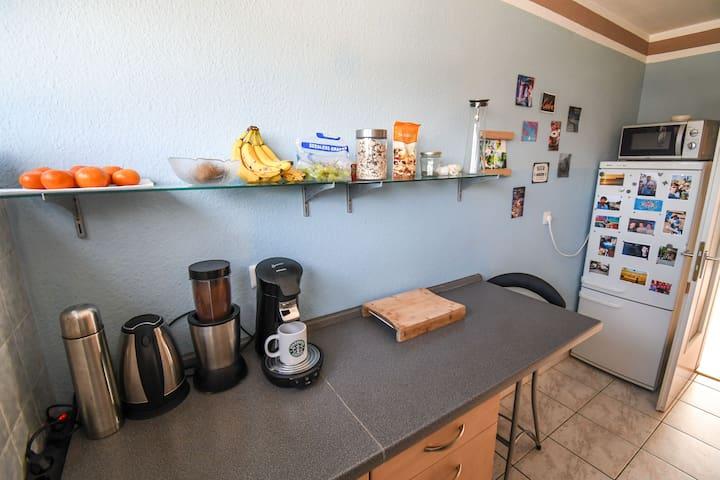 Arbeitsfeld mit Kaffemaschine,Wasserkocher und Mixer