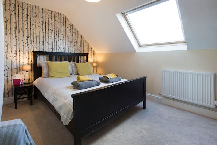 Shenley Lodge double room bathroom & breakfast
