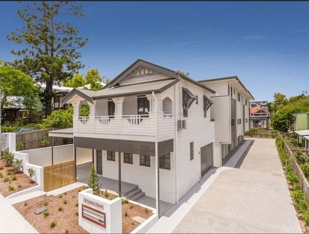 Quiet, spacious room with ensuite, inner suburbs - Annerley - Townhouse