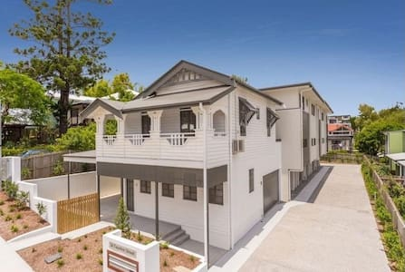 Quiet, spacious room with ensuite, inner suburbs - Annerley