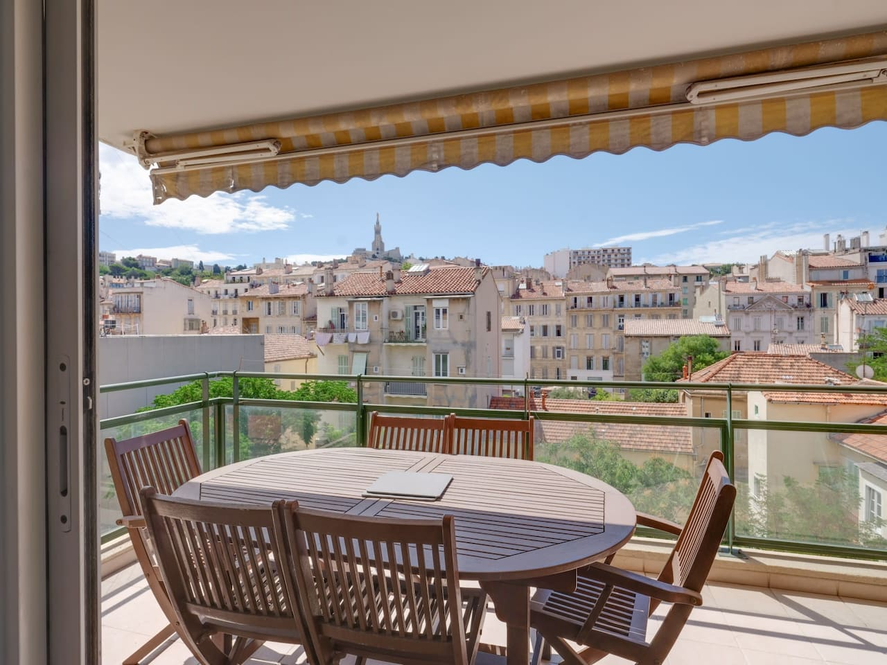Furnished balcony with table and chairs to enjoy the south sun