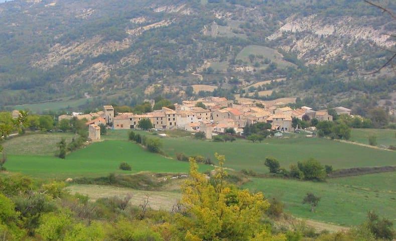 Maison de caractère dans petit village provençal - Limans - Casa