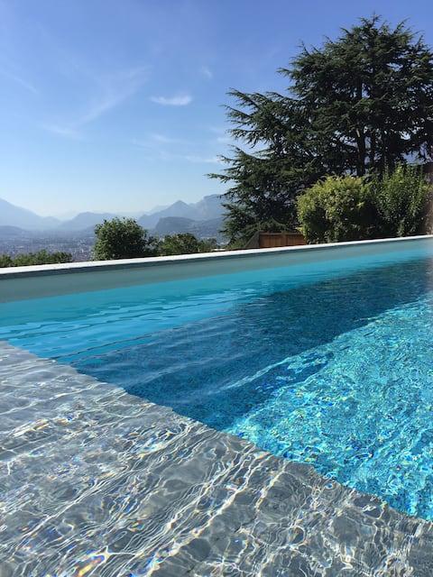 Studio indépendant entre piscine et montagne