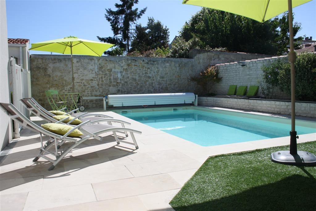 maison avec piscine proche centre la rochelle houses for rent in la rochelle aquitaine. Black Bedroom Furniture Sets. Home Design Ideas
