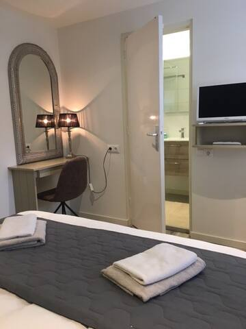 Klein bureau met spiegel en verlichting