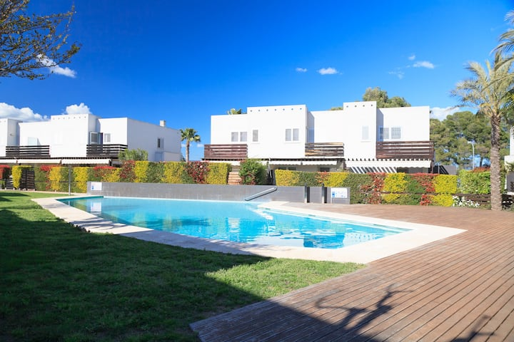 Family House with Private Garden · Pool · UHC LAS PALMERAS