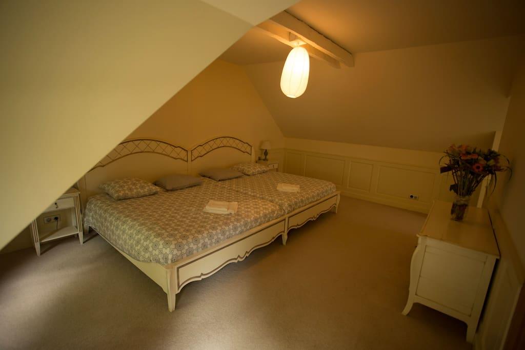Upstairs bedroom n°1: double queen size/ Chambre du haut n°1 : double queen size
