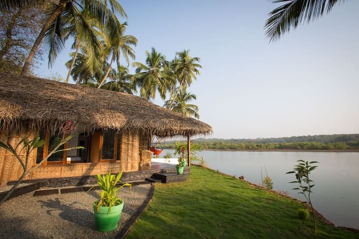 Luxury AC Riverfront Cottage - Rajbag-Patnem Beach - Canacona - Skjul