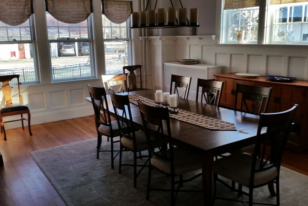 Dining room -- Comfortably seats 10