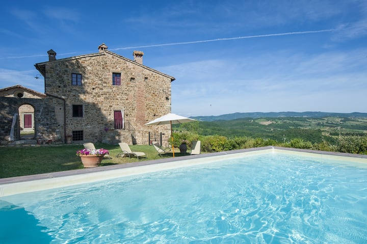 Luxury villa with pool overlooking the Chianti
