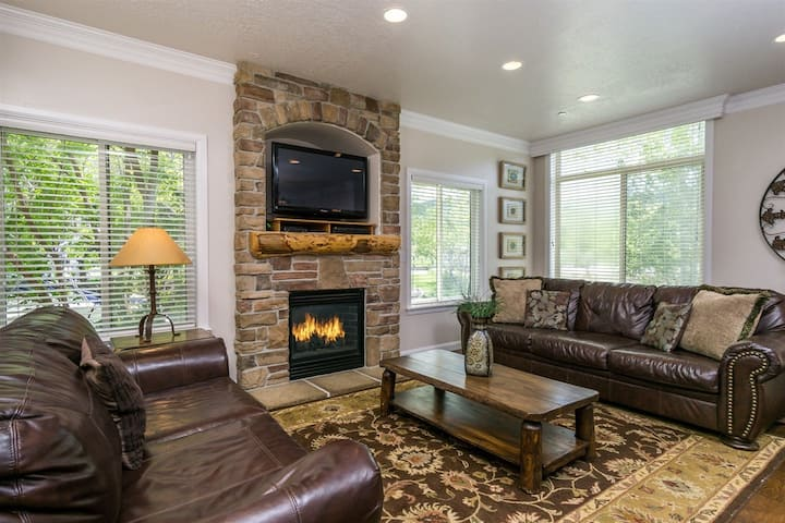 Lakeside Condo near Pineview Reservoir and Snowbasin Resort. LS14