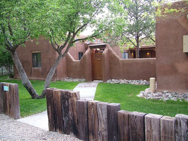 Pinon Pines 2 blocks from Taos plaza, very private