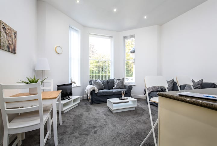 Bright 2 Bed Apartment at Sefton Park