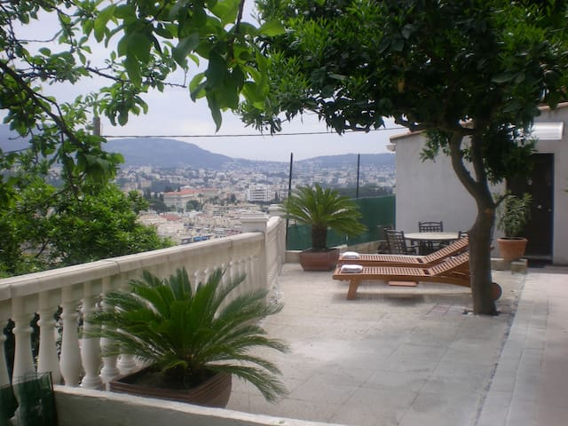 Studio avec terrasse au calme