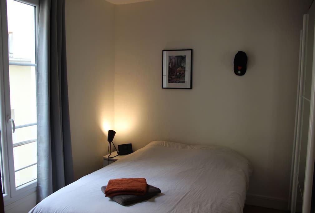 Chambre donnant sur cours. Très calme. Lit confortable et matelas neuf.