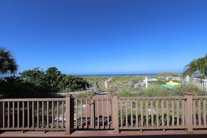 Beachfront Cottage with Breathtaking Views! Pet Friendly, Grill, Private Lanai - The Turtle's Nest