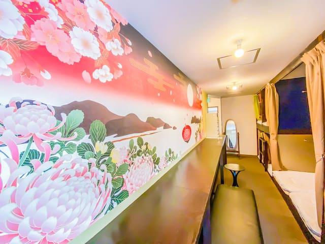 美しい大きな壁紙が皆様をお迎え致します Big beautiful wall in a bed room