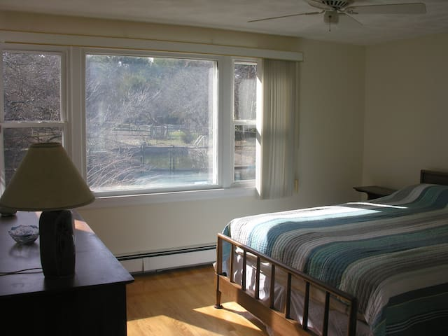 Master bedroom w/private bath - Plainville - Huis