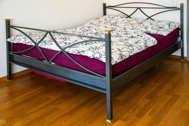 Doppelbett mit 140 cm Breite mit sehr guter Matratze