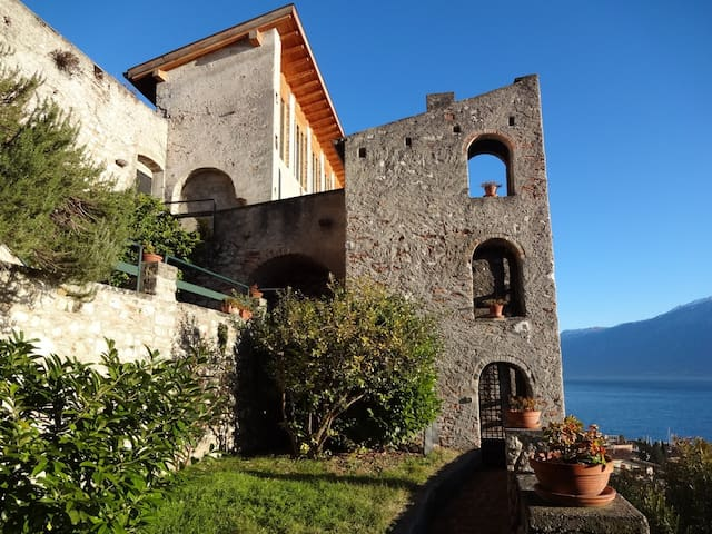 Torre Limonaia 4 sleeps with garden and shared pool in Gargnano