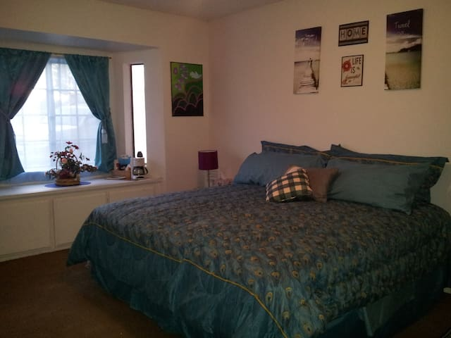 King Bed on the Mesa in Large Room - Hesperia