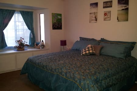 King Bed on the Mesa in Large Room - Hesperia - Bed & Breakfast