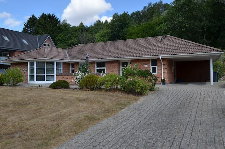 Centralt hus tæt på skov og fjord