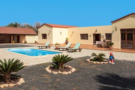 Bonita casa vacacional con piscina - La Fuentita