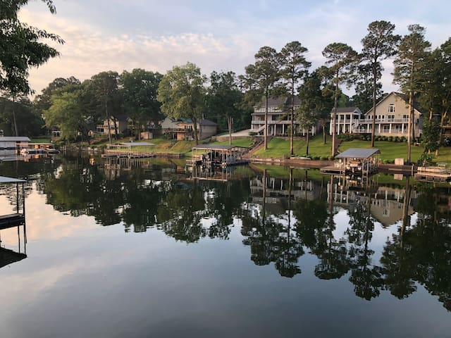 Lake front with private boat slip - sleeps 6