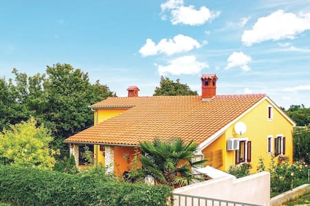 Semi-Detached with 1 room on 30m² in Liznjan