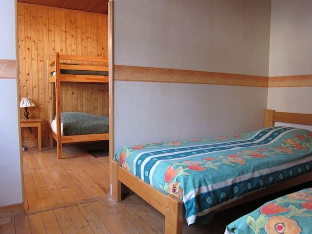 1 chambre avec 2 lits simples et 1 lit superposé