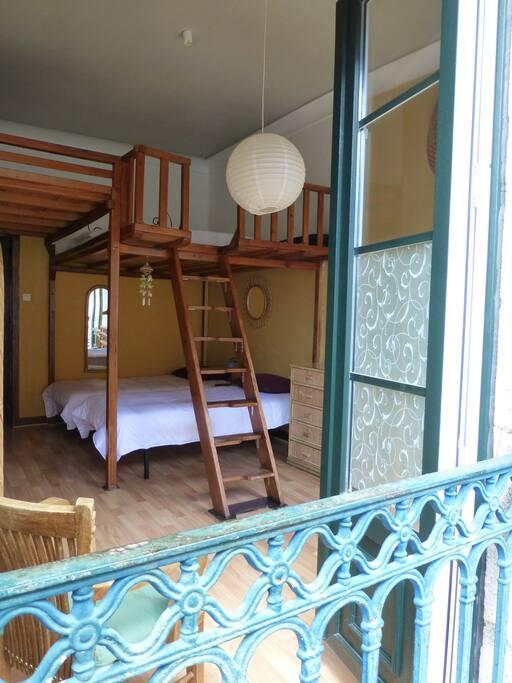 DORMITORIO 1 - AMARILLO: Cama doble (135 cm) en altillo/plataforma (no apta para menores de edad) y dos camas individuales (90 cm) / BEDROOM 1 - YELLOW: Double bed (135) at platform (not suitable for underage guests) and two double beds (90 cm).