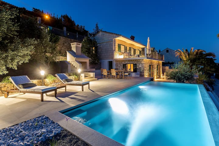 NEW Stone-Villa with pool, directly by sea