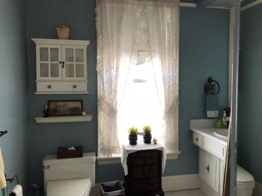 Shared (with The Regency) bathroom
