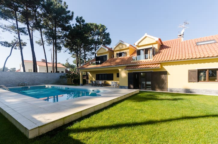 Luxury Villa with Pool & GYM - Aroeira