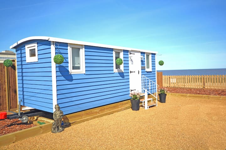 The Little Blue Shepherd Hut by the Sea - Bacton - Stuga