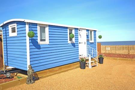 The Little Blue Shepherd Hut by the Sea - Bacton - Zomerhuis/Cottage