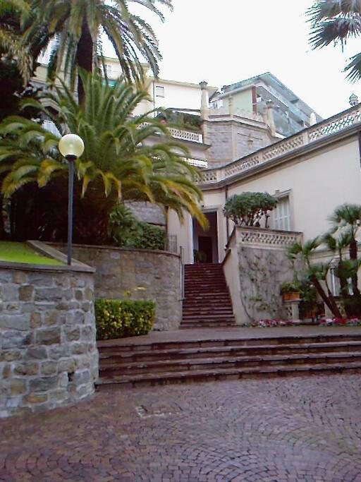 L'ingresso del palazzo