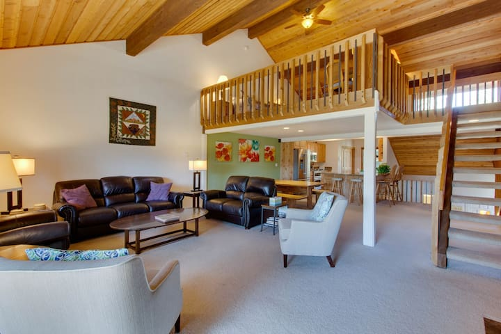 Beautiful Sun Valley escape w/ access to shared pool, hot tub, and sauna