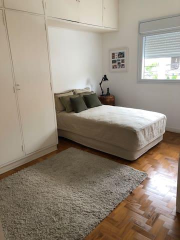 Amplo quarto decorado com armário , escrivaninha, tapete, cama confortável, criado mudo, arejado Encantador, localização privilegiada