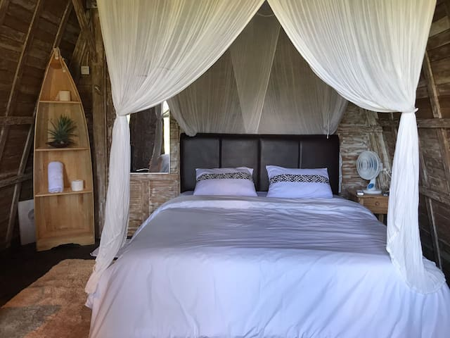 Room details! Beautiful natural wooden room!