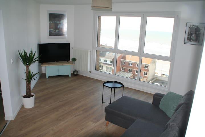 Le salon avec vue sur la mer et la grande TV (avec box et WiFi)