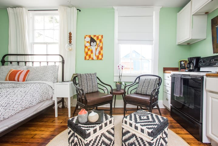 Private Studio Minutes from the French Quarter!