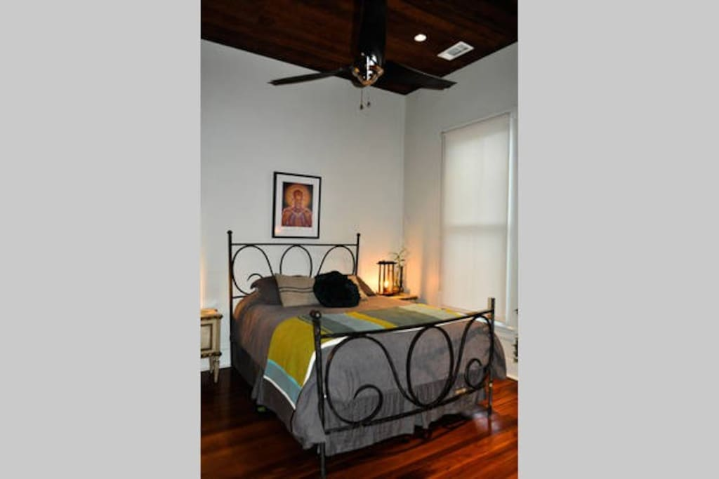 2nd bedroom with queen bed, desk, chair