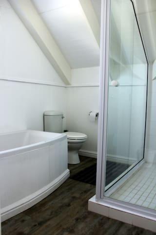 4 Full Bathrooms en-suite to each bedroom