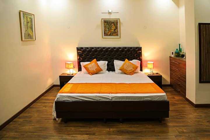 Cozy and luxurious house in Noida near metro